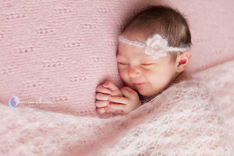 Nouveau-né sur fond rose