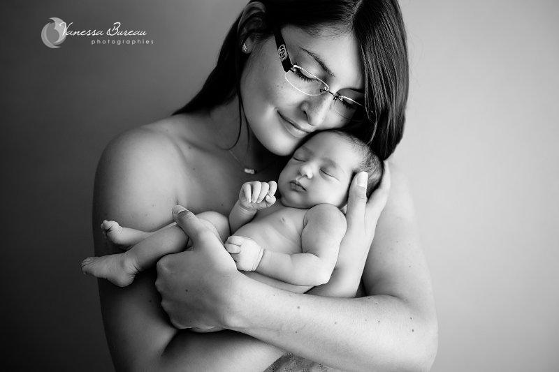 Nouveau-né endormi dans les bras de sa maman
