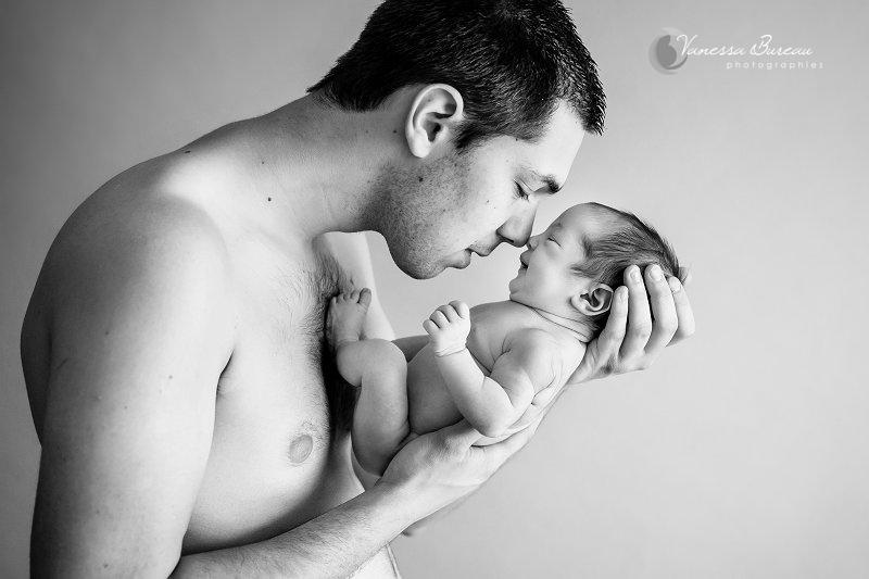 Nouveau-né endormi sur son papa, noir et blanc