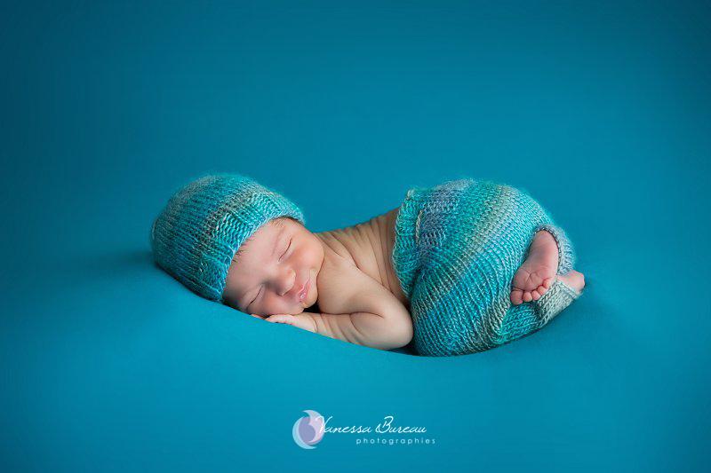 Nouveau-né, photographe Dijon, fond turquoise avec ensemble bonnet-pantalon assorti