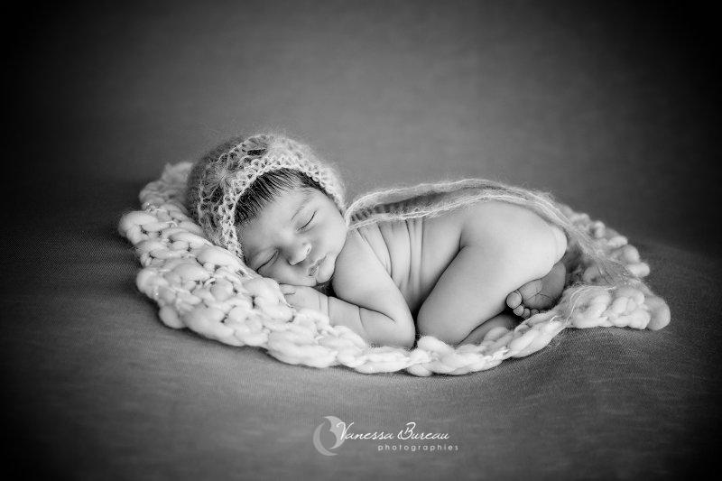 Nouveau-né, photographe Dijon, bébé sur le ventre sur un petit tapis en laine