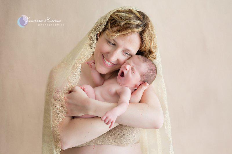 Nouveau-né, photographe Dijon, dans les bras de maman, avec sa mantille