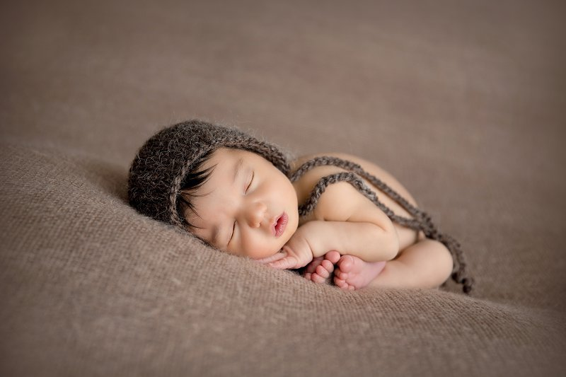 Nouveau-né, photographe Dijon, tacco pose avec bonnet brun