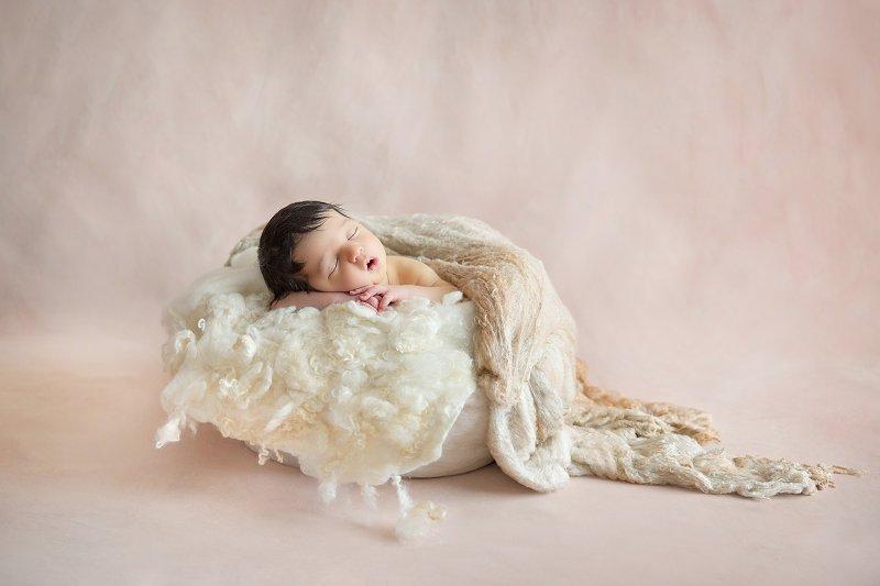 Nouveau-né, photographe Dijon, panier beige, bébé endormi