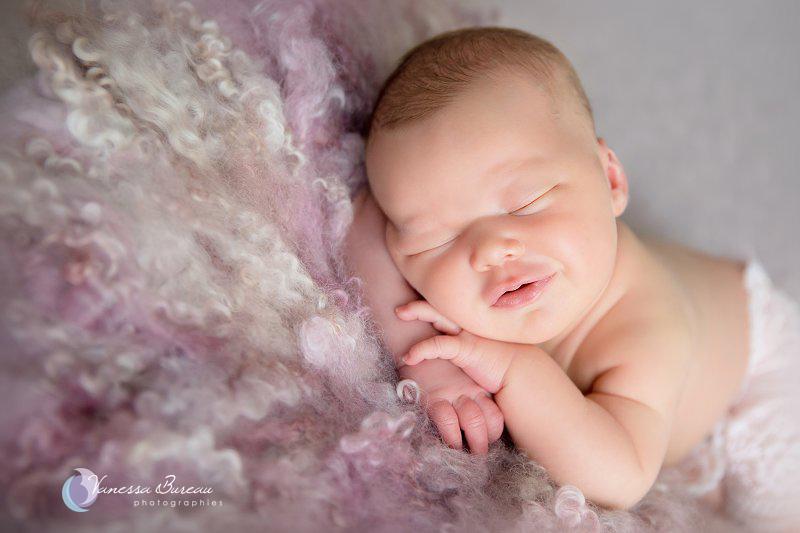 Nouveau-né, photographe Dijon, tête sur les mains, fond laine violet