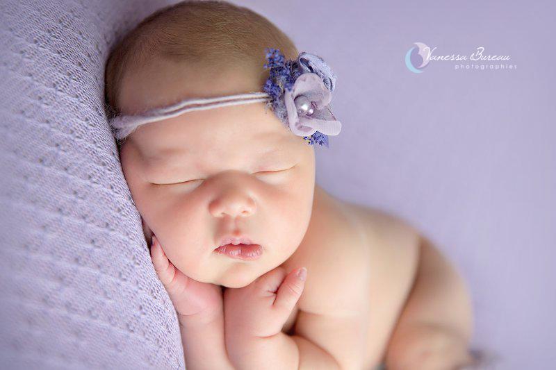 Nouveau-né, photographe Dijon, portrait avec fleur violette